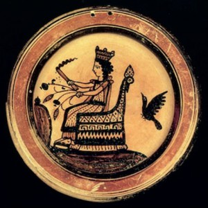 Figura 1: Piatto corinzio (Recente III) con raffigurazione di Demetra seduta sul trono con fiaccola, spighe d'orzo e steli fruttiferi di papavero da oppio. Museo Nazionale di Atene, n. 5825 -